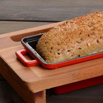 Posuda za hleb na drvenom postolju